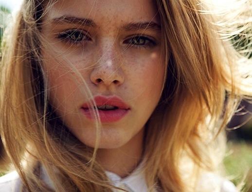 Summer-Beauty-Inspiration-Freckles-Lipstick-Pink-Lips-Elle-China-Editorial-Tiera-Dyck-Michelle-Du-Xuan
